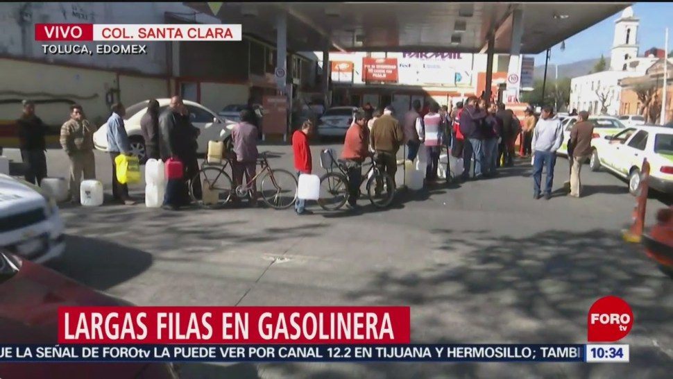 Ciudadanos hacen fila, sin auto, para comprar gasolina en Toluca
