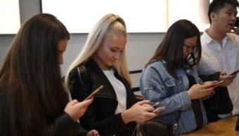 Foto: Varios jóvenes acuden a una tienda de teléfonos celulares en Manhattan, Nueva York, Estados Unidos, 28 de enero de 2019 (Getty Images)
