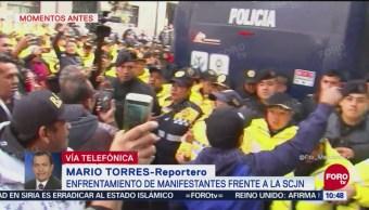 Enfrentamiento entre manifestantes y policías frente a la SCJN
