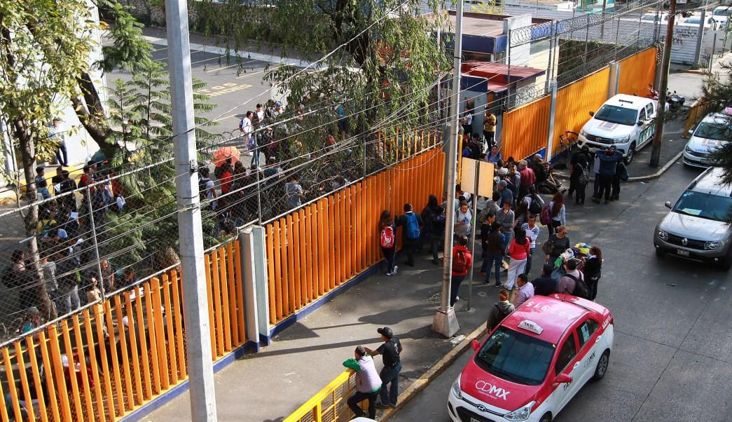 """Estudiantes de Prepa 2 UNAM prueban camión """"Sendero Seguro"""""""