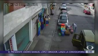 Familia roba motocicleta de juguete afuera de negocio en Pachuca, Hidalgo