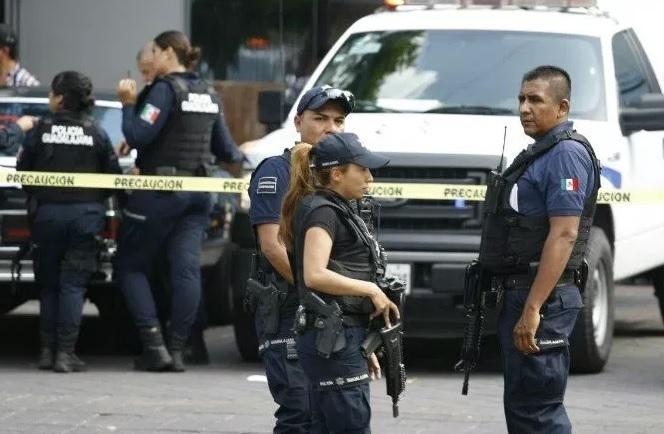 Foto: Agentes de la Policía de Guadalajara atienden asalto a una tienda de electrodomésticos en la colonia Lomas de Polanco el 3 de enero de 2018