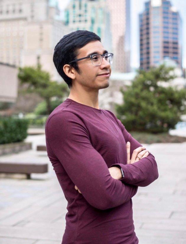Fotografía de Cruz Antonio Contreras Mastache, sonriente, en Vancouver, Canadá, donde radica y trabaja tras terminar su educación como animador (Notimex)