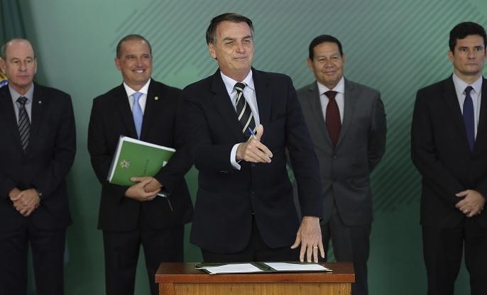 Bolsonaro facilita posesión de armas en Brasil