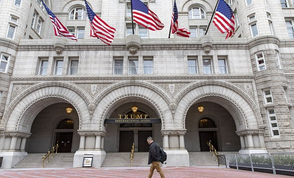 Benefician a Hotel Trump al ignorar cláusula anticorrupción