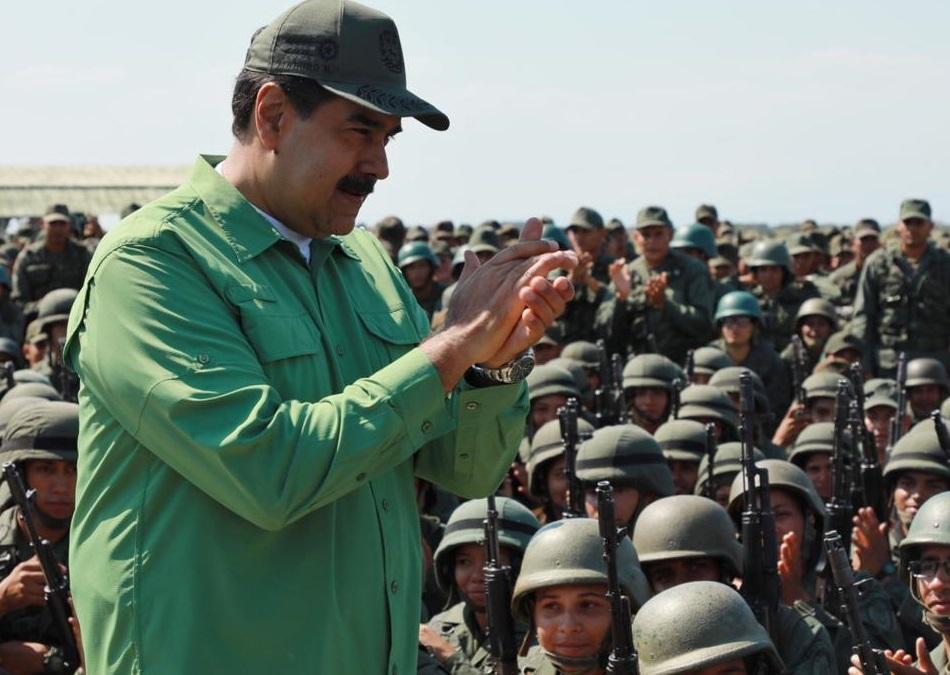 Foto. Nicolás Maduro saluda a un grupo de militares venezolanos el 29 de enero de 2019