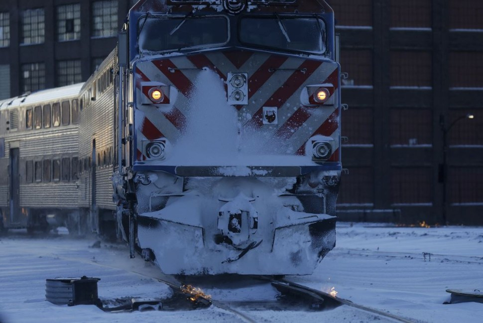 Foto: Una persona camina hacia la estación de tren en Chicago., 30 enero 2019
