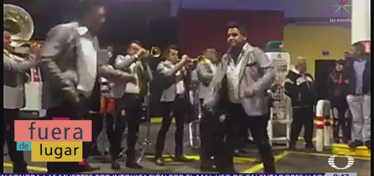 Fuera de Lugar: Banda de música ameniza en gasolinera de Morelia