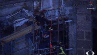 Foto: Hombre sube a cúpula de la Catedral del Zócalo CDMX, el 31 de enero de 2019