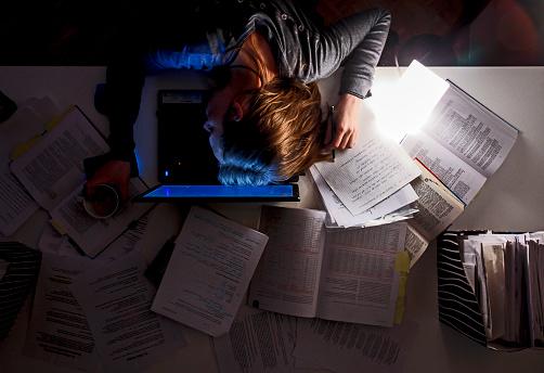 Jefes que duermen poco pueden volverse abusivos: estudio