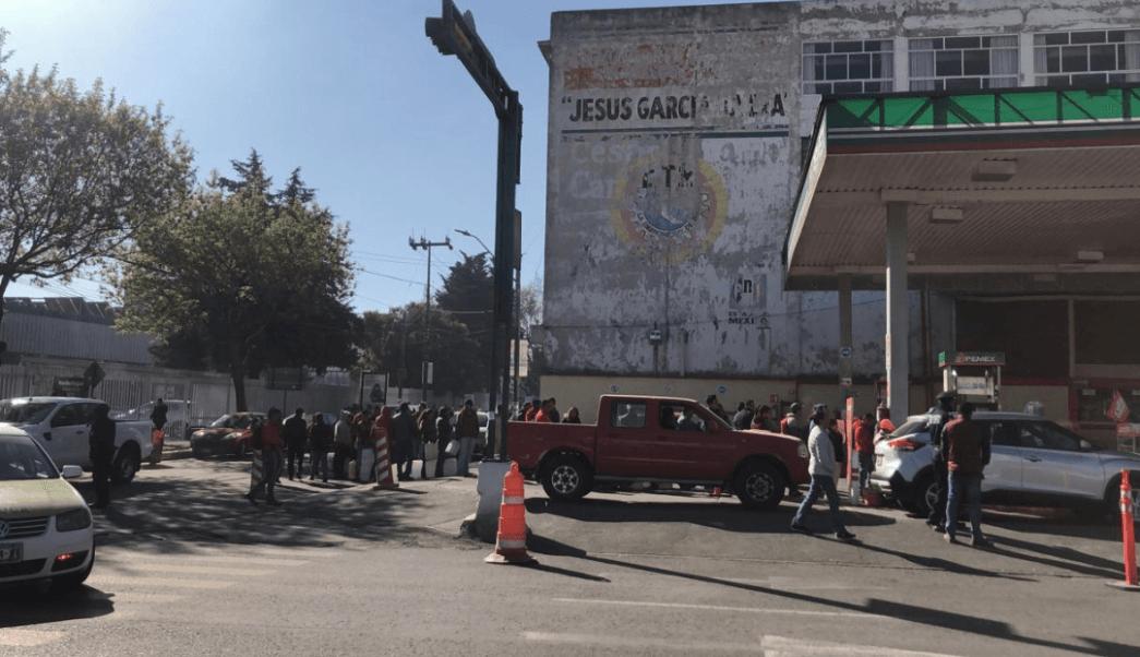 Ciudadanos se forman, sin auto, para comprar gasolina Toluca