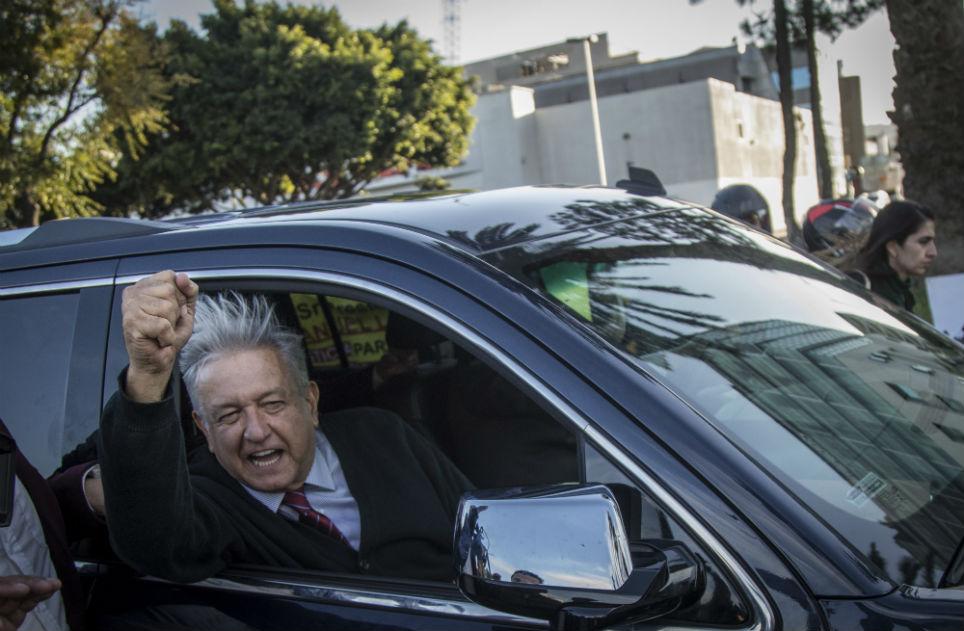 López Obrador recorriendo las calles de Torreón, Coahuila, en una camioneta tipo Suburban negra (Notimex)