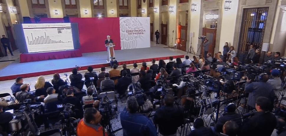 López Obrador responde a preguntas de los reporteros. (YouTube)