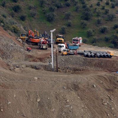 Dureza de terreno retrasa rescate de niño español atrapado en pozo