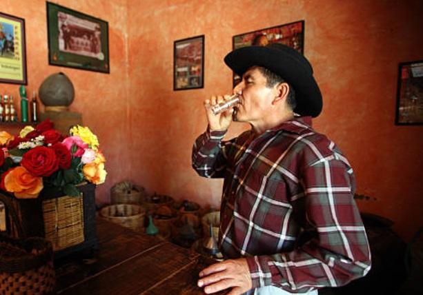 Foto: Un vecino de Oaxaca toma un trago de mezcal en Ocotlán 23 de enero de 2019 (Getty Images)