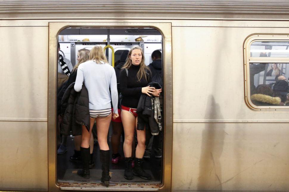 Mujeres participan en el evento anual 'No Pants Subway Ride' en Manhattan, Nueva York (Reuters)