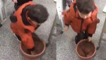 Foto Niño muestra manera correcta poner bolsa basura