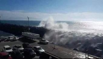 Video: Fuertes olas sorprenden a ciudadanos en Ensenada
