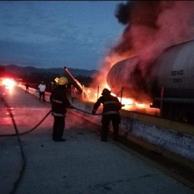 Pipa de combustible se incendia en la Autopista del Sol