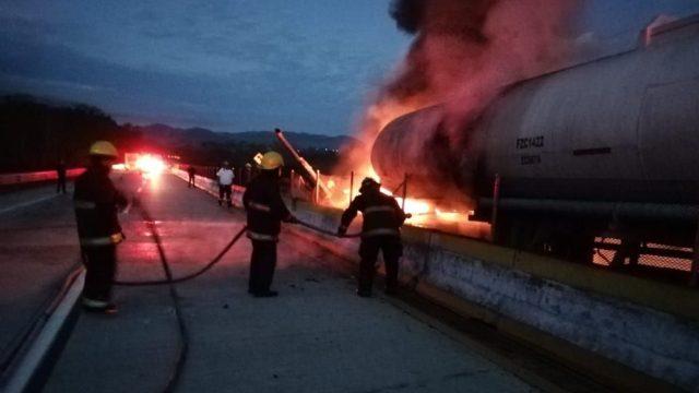 Incendio de pipa de combustible en Autopista del Sol