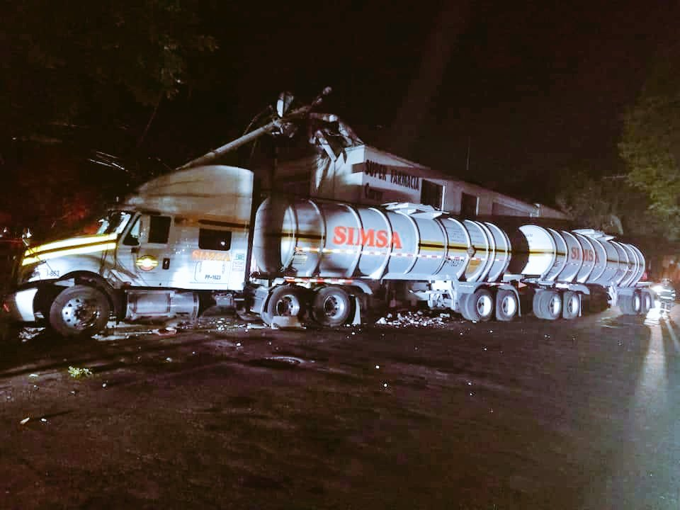 Foto: Pipa con combustible choca en Azcapotzalco