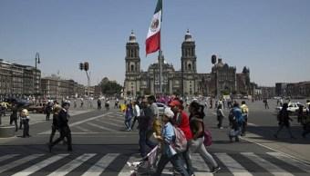 Foto: Un grupo de personas camina en el Zócalo capitalino, 23 de enero 2019 (Getty Images)