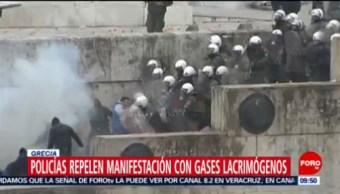 Policías repelen manifestación con gases lacrimógenos en Grecia