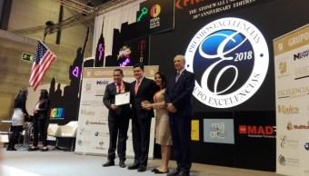 Foto: Representantes del estado de Oaxaca reciben Premio Excelencia en Madrid, España, por proceso del mezcal oaxaqueño 23 de enero 2019 (Twitter: @SECTUR_GobOax)