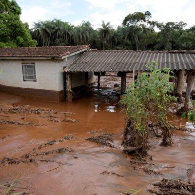 Desalojan a pobladores ante riesgo de rotura de otro dique en Brasil