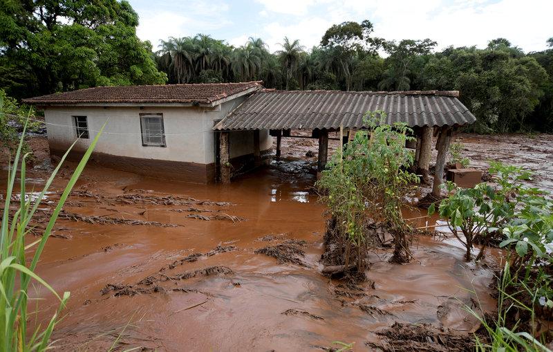 desalojan pobladores riesgo de rotura de otro dique en brasil
