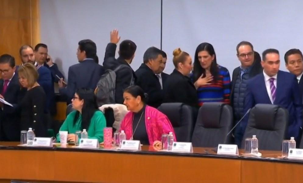 Diputados y senadores de oposición reclaman ausencia de funcionarios federales ante la Permanente