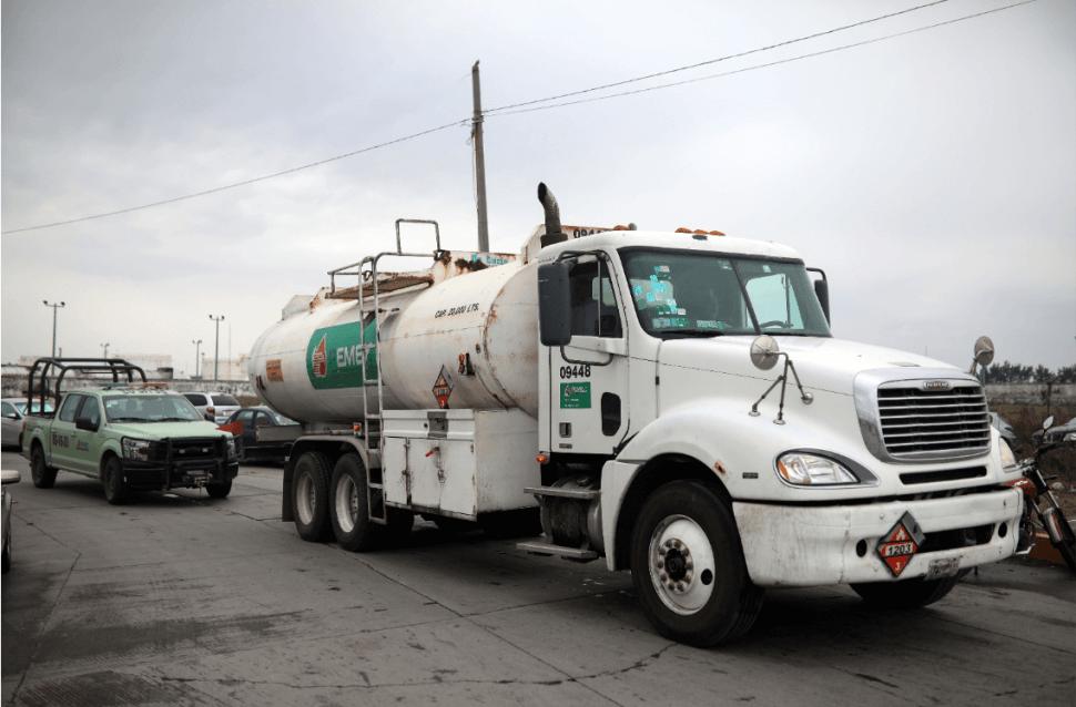 Una pipa de gasolina es custodiada en México. (AP)