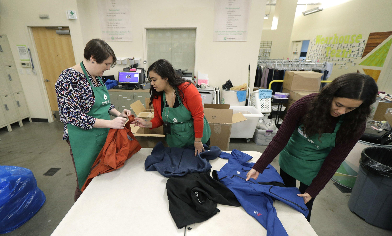 Voluntarias y trabajadoras de la asociación 'Treehouse' ordenan una donación de ropa realizada durante diciembre del 2018 (AP Images)