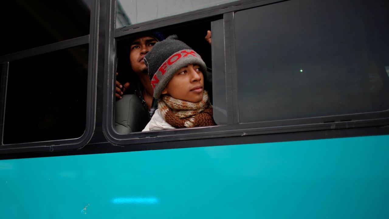 autoridades chiapas trasladan migrantes centroamericanos en autobuses