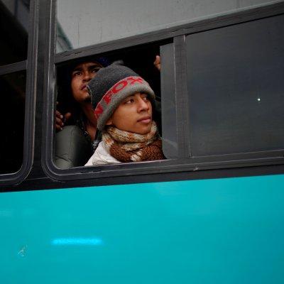 Autoridades de Chiapas trasladan a migrantes centroamericanos en autobuses