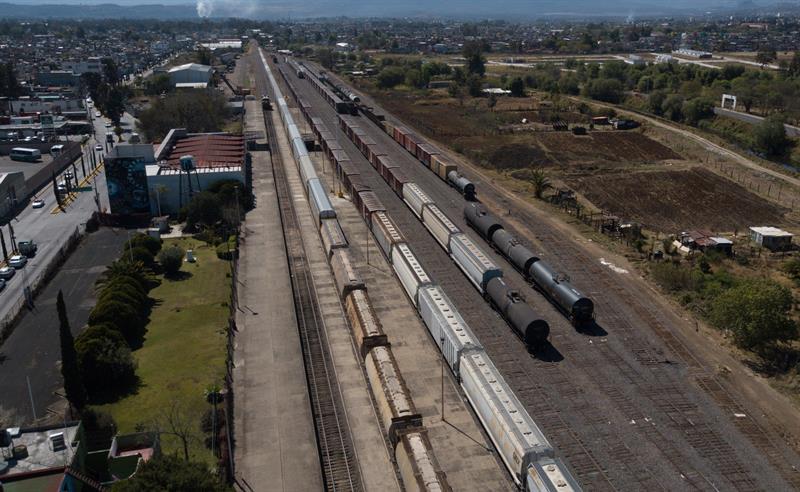 usan camiones para trasladar mercancia varada por cnte en michoacan