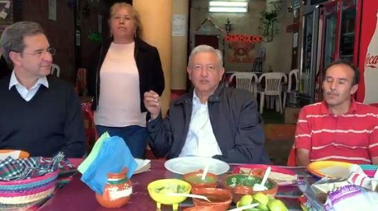 Foto: El presidente Andrés Manuel López Obrador se detuvo a comer quesadillas durante una gira de trabajo en el Estado de México, el 9 de febrero de 2019