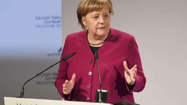 Foto: La canciller alemana Angela Merkel pronuncia su discurso durante la Conferencia de Seguridad en Munich, Alemania, 16 febrero 2019
