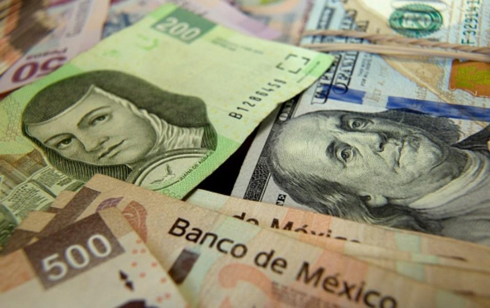 Foto: Los billetes de cien dólares estadounidenses y los billetes en pesos mexicanos se preparan para una fotografía en un banco en la Ciudad de México, México, 6 de febrero de 2019 (Getty Images)