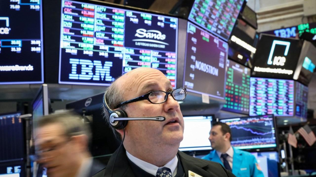 Foto: Los comerciantes trabajan en el piso de la Bolsa de Nueva York (NYSE) en Nueva York, Estados Unidos, 25 de febrero de 2019 (Reuters)