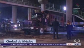 Camión vuelca sobre avenida Oceanía, CDMX