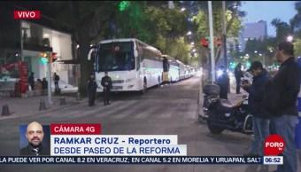 Camiones con manifestantes bloquean Paseo de la Reforma, CDMX