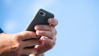 Foto: Un hombre prueba un teléfono celular durante la luz de día, México, febrero 5 de 2019 (Getty Images)
