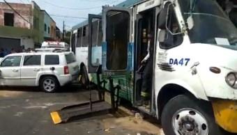 Foto: Se registra el choque entre un camión de transporte público y un vehículo particular en Guadalajara, Jalisco, febrero 9 de 2019 (Twitter: @zona3noticias)