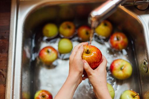 Cómo eliminar pesticidas de la fruta