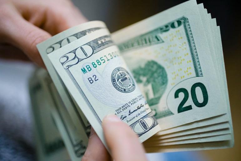 Foto: Ilustración de billetes de dólar en un banco, México, 11 de febrero de 2019 (Getty Images)