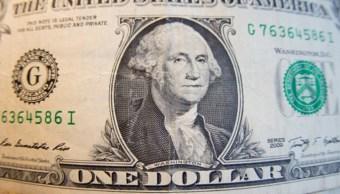 Foto: Billetes de banco en dólares estadounidenses están dispuestos para una fotografía, febrero 12 de 2019 (Getty Images)