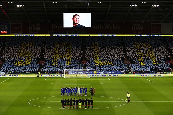 Foto:Jugadores y aficionados guardan un minuto de silencio en homenaje a Emiliano Sala antes del partido de la Premier League, 9 febrero 2019