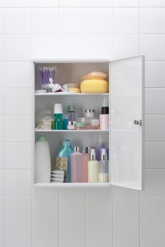 En muchos baños se acostrumbra tener una gaveta con medicinas y cosméticos varios. ¿Ha llegado el momento de cuestionar su presencia (GettyImages)