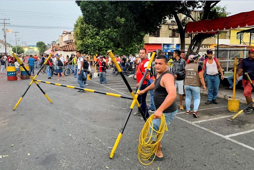 Foto: Un grupo de funcionarios de la Guardia Nacional Bolivariana bloquean el paso del Puente Internacional Francisco de Paula Santander sobre el río Táchira, 23 febrero 2019